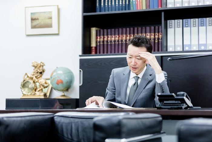 悩む弁護士